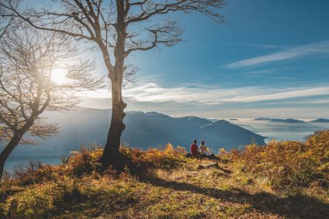 Tessin: Rast mit Blick auf den Lago Maggiore