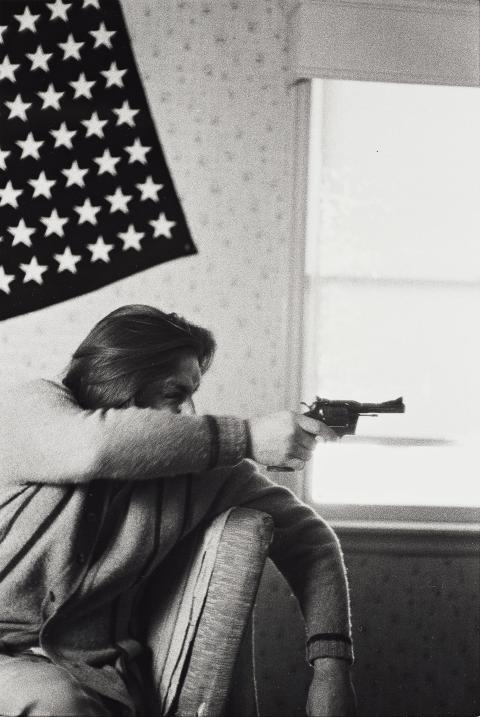 "Larry Clark, ""Untitled (man, flag, gun)"", 1971. Utrop 30 000 - 35 000 SEK."