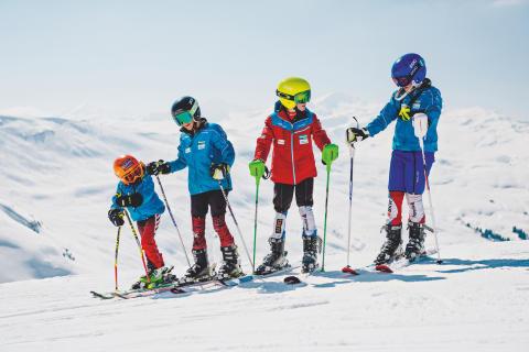 Kleine Skifahrer auf den Pisten