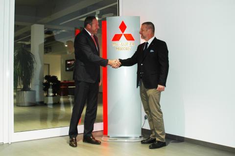 Bürgermeister Dirk Antkowiak begrüßt Mitsubishi am neuen Firmenstandort Friedberg
