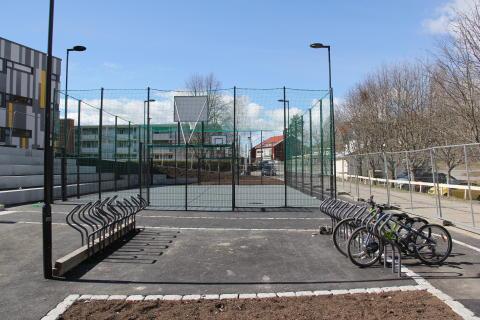 Ballbingen og sykkelparkeringen foran nyoppusset Johan Scharffenbergs vei 105.