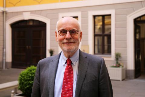 Ton Koopman, Präsident der Stiftung Bach-Archiv Leipzig, im Innenhof des Bosehauses