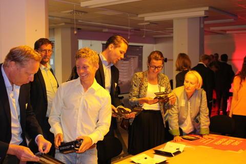 Deltagarna får en framtidsvisning av kvarteret med 3D-glasögon