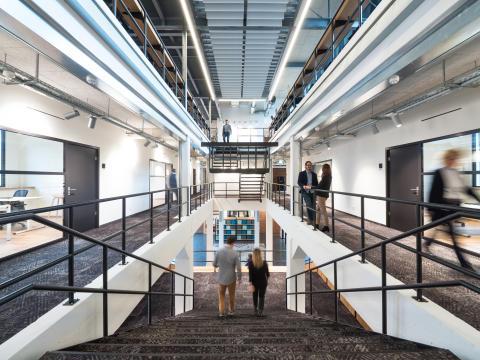 Mehr als 4.000 Quadratmeter auf drei Etagen umfasst das Gebäude, dessen Mittel-punkt eine große Treppe aus Eichenholz im neuen Eingangsbereich ist.