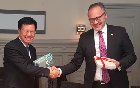 Mr Qin Winbo, vice ordförande för Science and technology commission of Shanghai municipality och Patrik Andersson, vd för Business Region Göteborg efter undertecknandet av av det nya avtalet.