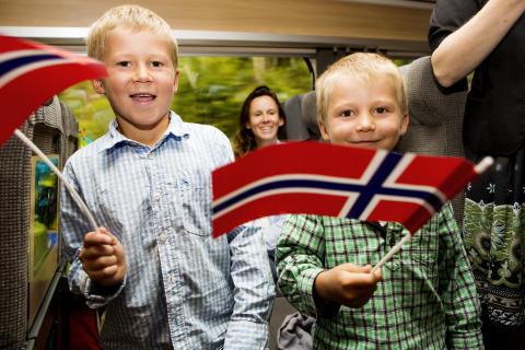 Glada killar på premiärturen till Oslo