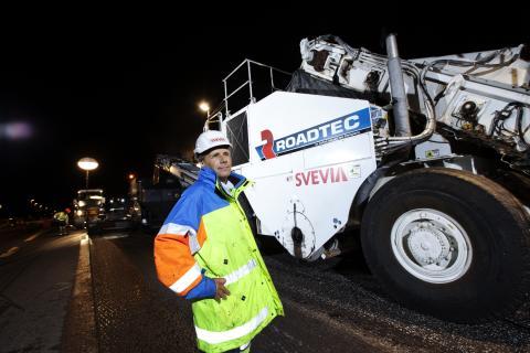 Breddad maskin lägger asfalten rekordsnabbt
