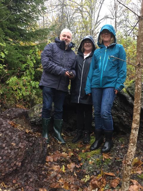Bilde av styreleder i Samlerhuset og Det Norske Myntverket, Ole Bjørn Fausa, på funnstedet, sammen med finnerne Hilde Solberg Strømmen og Anne-Lene Solberg.