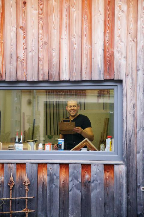 Tischlermeister Mathias Scheffel EINZ30 HolzWerkHof in Kraftsdorf im Saaleland in seiner Werkstatt
