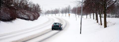 Mellan regn och snö ökar risken för vatten- och moddplaning.
