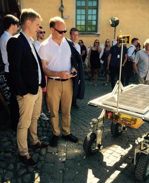 Utbildningsminister Gustav Fridolin och RUAG Space marknadschef Folke Brundin