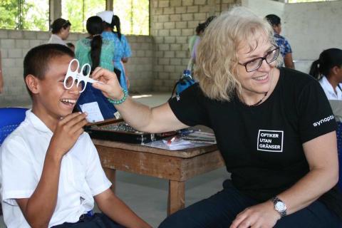 Svenska folket skänker glasögon för bättre synhälsa i Bolivia - 74 073 par glasögon till Optiker utan gränser