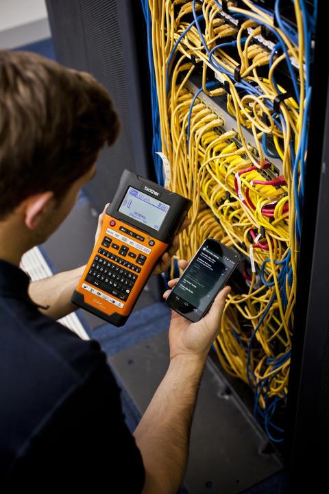 Brotherin kannettavassa P-touch E550WVP tarratulostimessa on langaton verkkoyhteys, joka mahdollistaa tarrojen tulostamisen langattomasti älypuhelimeltasi tai tabletiltasi