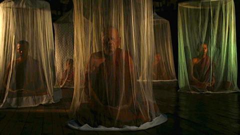 Testa på meditation i utställningsverket In and Out of Thin Layers