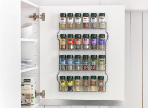 Kryddor på skåpsdörr