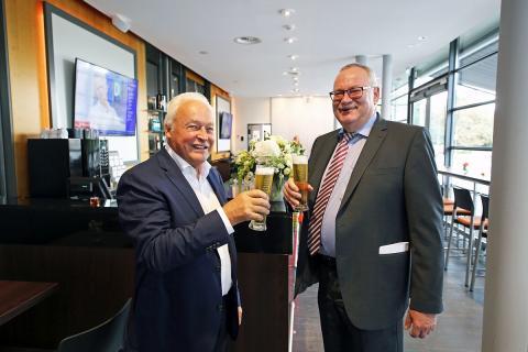 von links: ZSL-Geschäftsführer Winfried Lonzen und Geschäftsführer der Krostitzer Brauerei Wolfgang Welter