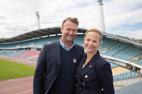 Pierre och Lotta framför Ullevi i Göteborg