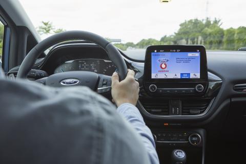 Ford und Vodafone testen vernetzte Fahrzeug-Technologie zur Anzeige freier Parkplätze in Parkhäusern – inklusive Zielführung