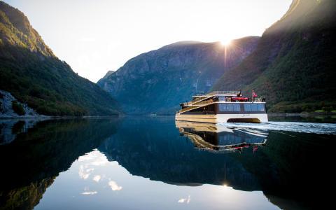 Fylkesordfører Jenny Følling døper fartøyet «Vision of The Fjords» i Flåm i dag lørdag 8. oktober 2016