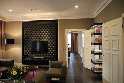 Salon der Brockhaussuite mit Blick ins Schlafzimmer