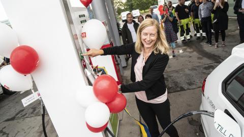 Katarina Luhr, Stockholms klimat- och miljöborgarråd, tankar 100% biogas på Circle K Frescati