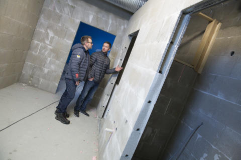 Alle veggene i garderober og gangen i den nye flerbrukshallen på Varhaug utenfor Stavanger er bygget med Leca Lettveggsblokk.