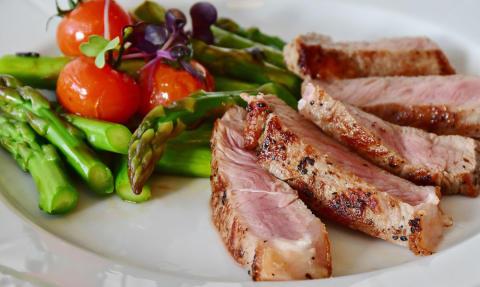 Vi fortsätter att äta mindre kött och matfågel men mer svenskt