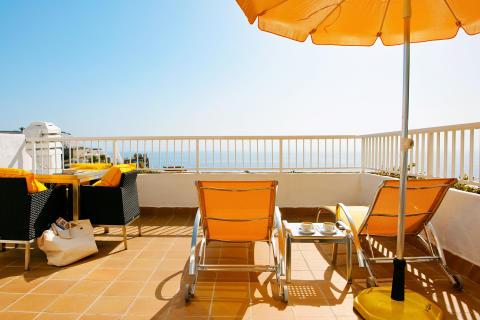 Hotel Altamar på Gran Canaria er det hotel uden for Danmark, der hvert år besøges af flest danskere. Forholdet mellem hotellet og Spies er så tæt, at der er indrettet særlige Simon Spies-suiter på hotellet.