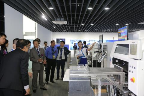 Khach di tham quan trung tam trung bay Panasonic Solution and Innovation Center Vietnam (1)