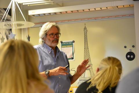 Tom Callen föreläser för pedagoger i Alingsås.