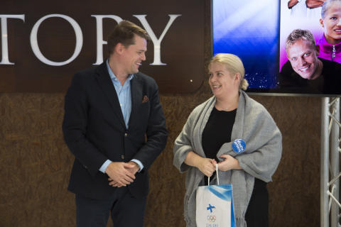 Suomen Monetan markkinointijohtaja Outi Simström ja Suomen Olympiakomitean Samuli Vasala