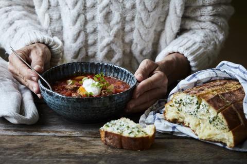 Recept på gulaschsoppa med ostbrytbröd