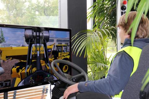 Skoldagarna - elev i hjullastarsimulator