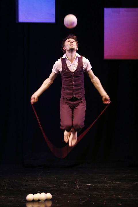 Stanislav Vysotskyi jongliert mit Händen und Füßen