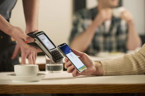 V České republice dnes začíná fungovat služba Apple Pay pro držitele karet Visa