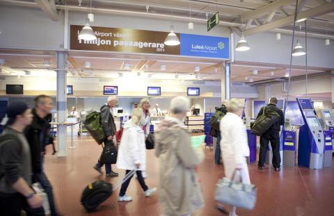 Flygplatser skänker kvarglömt till Röda Korset