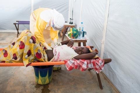 En patient vårdas på Läkare Utan Gränsers ebolacenter i Guéckédou. I Guéckédou kommer det franska institutet för medicinsk forskning (INSERM) att leda de kliniska studierna kring favipiravir.  Foto: Sylvain Charkaoui