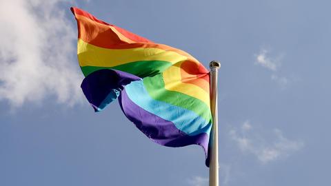 Räddningstjänsten Skåne Nordväst låter Prideflaggan vara uppe året om