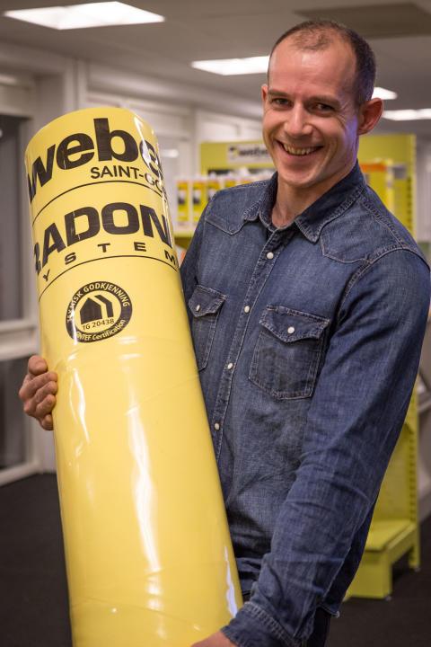Produktsjef Tom C. Gefle i Weber og deler av Webers nye radonsystem