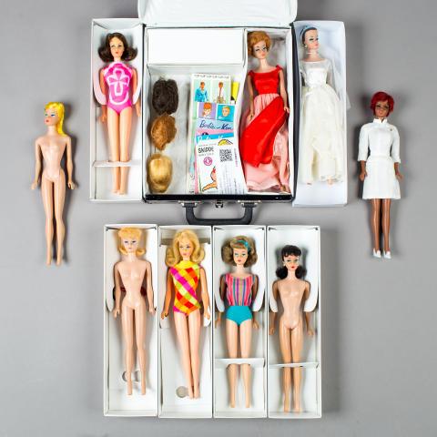Barbie och hennes vänner, 9 stycken dockor, Mattel, 1960-tal, klubbade för 22 000 kr (27 000 kr inkl. avgifter).