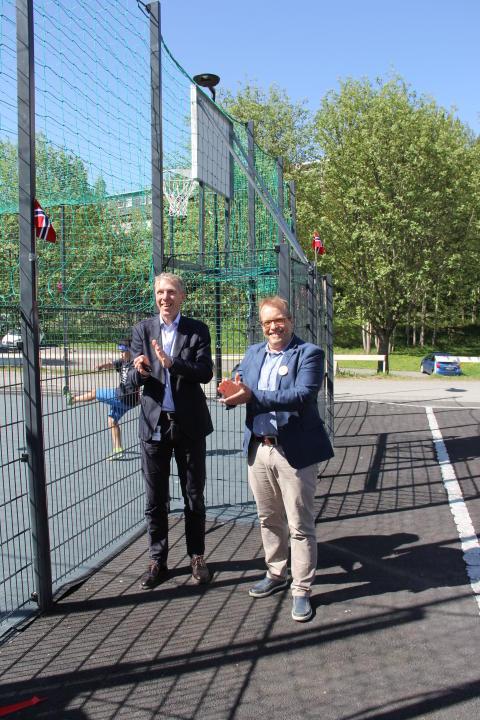 "Åpning av ""nye"" Johan Scharffenbergs vei 105: Boligbyggs direktør Jon Carlsen sammen med Håkon Kleven i bydel Østensjø."