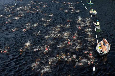 Färre simmare i fler startgrupper ska skapa mer utrymme