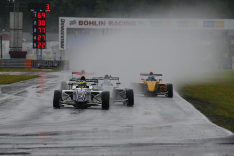 I ett regnigt Karlskoga tog Hugo Nerman täten från pole position och höll undan till sin sjunde seger den här säsongen. Foto: Tony Welam/STCC