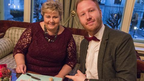 Statsminister Erna Solberg har besøk av P4-programleder Øystein Røe Larsen