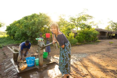 Karin vid vattenpumpen