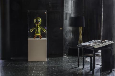 """Skulpturen """"Titi"""" av den verdenskjente kunstneren Jeff Koons i hotellets lobby"""