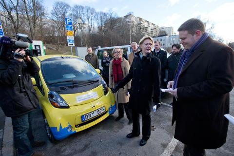 Invigning av snabbladdningssation, på bikden syns trafikborgarråd Ulla Hamilton (M), stadsmiljöborgarråd Per Ankersjö (C) och Birgitta Resvik, chef för samhälls kontakter på Fortum.