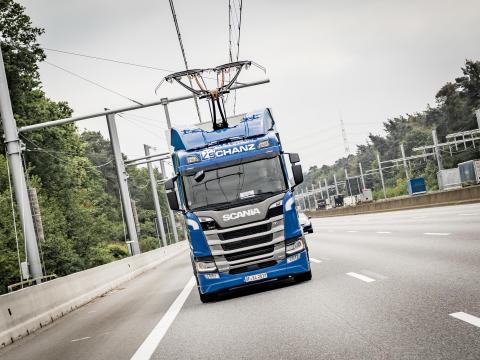 Scania R 450 Oberleitungs-Lkw auf der A5-Teststrecke bei Frankfurt