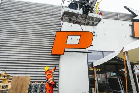 POWER-skylten monteras i Danmark