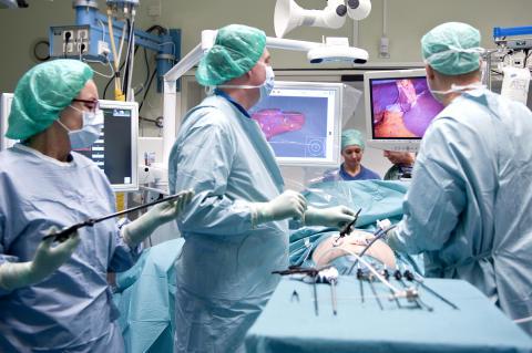 Cancerkirurgi med hjälp av titthålsoperation och 3D-grafik